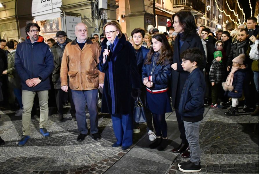 Alba, acceso l'albero di Natale donato dalla Famiglia Ferrero