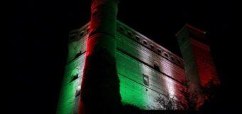 Il Castello di Serralunga illuminato da luci tricolori