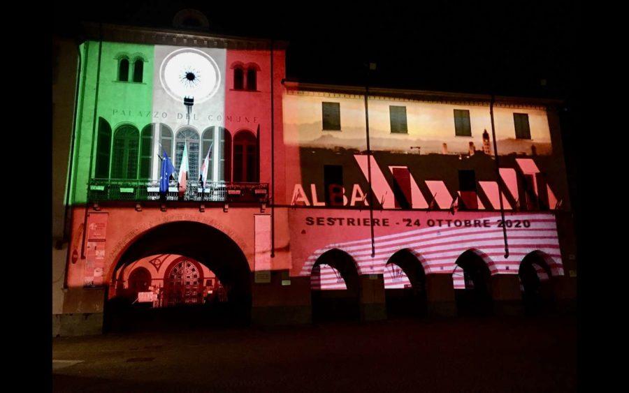 Alba, celebra la partenza della tappa del Giro d'Italia con una proiezione sul Municipio