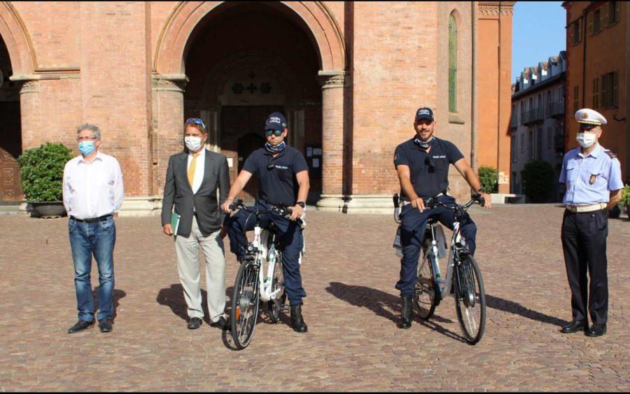 Alba, dal Gruppo Egea due biciclette elettriche per la Polizia municipale della città