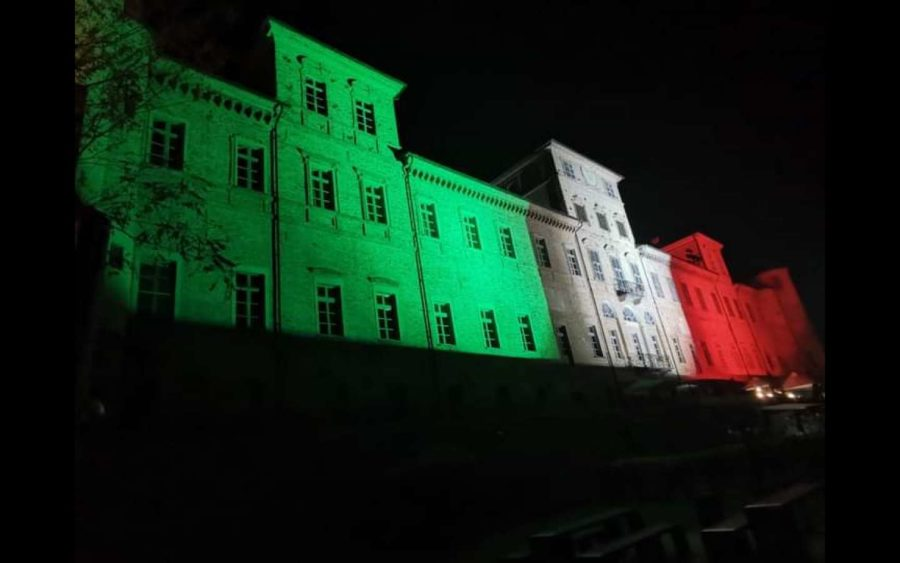 Magliano Alfieri, il castello illuminato con le luci del Tricolore