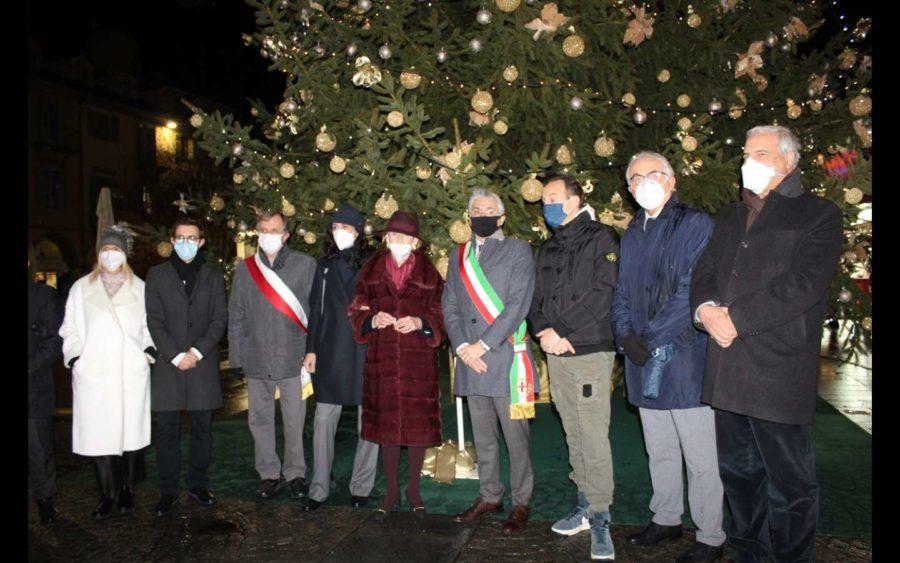 Alba, allestito l'Albero di Natale donato alla città dalla Ferrero