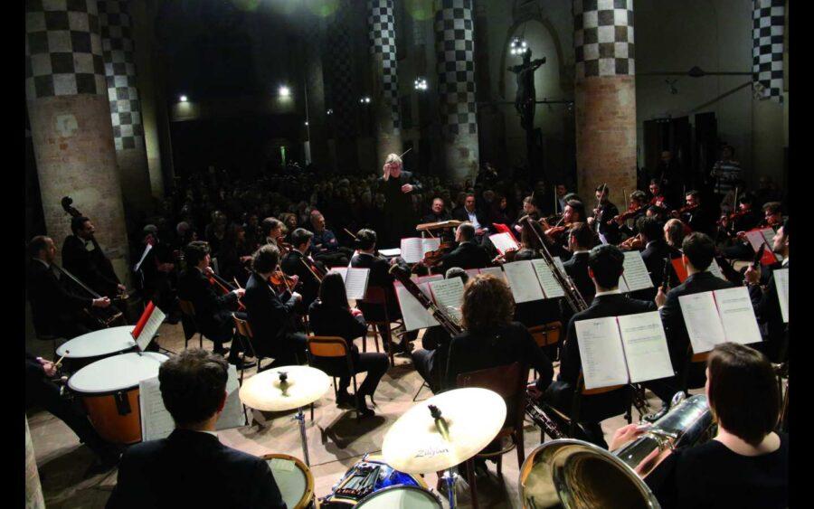 Alba non rinuncia al Concerto di Capodanno, che si potrà vedere su Internet