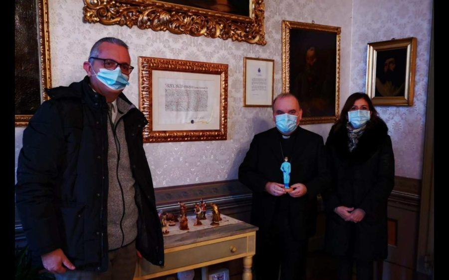 Alba, da Confartigianato consegnata al vescovo una statuina per il presepe in omaggio al personale sanitario