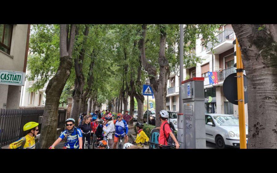 """Alba, consegnata alla città la bandiera """"Comune ciclabile"""" per la Settimana europea della Mobilità sostenibile"""